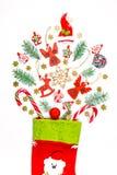 Υπόβαθρο Χριστουγέννων με μια κάλτσα από την οποία διεσπαρμένα δώρα, καραμέλα, νέα παιχνίδια διακοσμήσεων έτους Στοκ Φωτογραφία