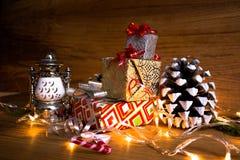 Υπόβαθρο Χριστουγέννων με μια κόκκινη διακόσμηση, ένα χρυσό κιβώτιο δώρων, τα μούρα και το έλατο στο χιόνι Στοκ εικόνες με δικαίωμα ελεύθερης χρήσης