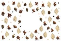 Υπόβαθρο Χριστουγέννων με τα αστέρια γλυκάνισου, τους κώνους και χρυσό ξύλινο Tre στοκ εικόνες