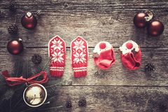 Υπόβαθρο Χριστουγέννων με τα γάντια και τα bootees μωρών Στοκ Εικόνες