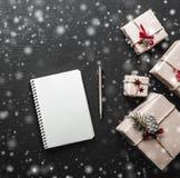 Υπόβαθρο Χριστουγέννων με τα δώρα και διάστημα στο άσπρο φύλλο για τα Χριστούγεννα Στοκ Εικόνες