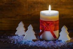 Υπόβαθρο Χριστουγέννων με τα ελαφριά και ξύλινα χριστουγεννιάτικα δέντρα κεριών Στοκ εικόνα με δικαίωμα ελεύθερης χρήσης