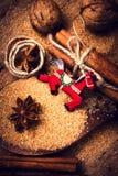 Υπόβαθρο Χριστουγέννων με τα καρυκεύματα. Ραβδιά κανέλας, καφετιά ζάχαρη, Στοκ φωτογραφία με δικαίωμα ελεύθερης χρήσης
