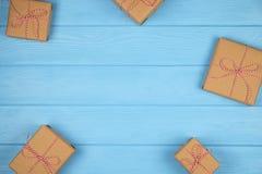 Υπόβαθρο Χριστουγέννων με τα κιβώτια δώρων στον μπλε ξύλινο πίνακα Στοκ Φωτογραφία