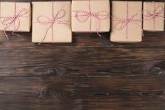 Υπόβαθρο Χριστουγέννων με τα κιβώτια δώρων στον μπλε ξύλινο πίνακα Στοκ Φωτογραφίες