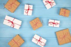 Υπόβαθρο Χριστουγέννων με τα κιβώτια δώρων στον μπλε ξύλινο πίνακα Στοκ εικόνα με δικαίωμα ελεύθερης χρήσης