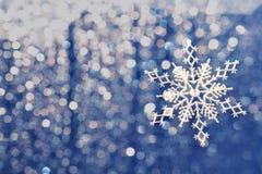 Υπόβαθρο Χριστουγέννων με τα κυριώτερα σημεία και αργυροειδή snowflakes στοκ φωτογραφία με δικαίωμα ελεύθερης χρήσης