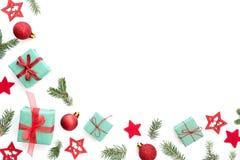 Υπόβαθρο Χριστουγέννων με τα μικρά δώρα Χριστουγέννων, σφαίρες, αστέρια στοκ εικόνα με δικαίωμα ελεύθερης χρήσης