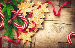 Υπόβαθρο Χριστουγέννων με τα μπισκότα Χριστουγέννων και τους καλάμους καραμελών Στοκ Εικόνες