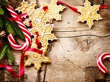 Υπόβαθρο Χριστουγέννων με τα μπισκότα Χριστουγέννων και τους καλάμους καραμελών Στοκ Φωτογραφίες