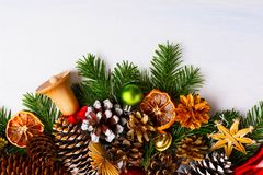 Υπόβαθρο Χριστουγέννων με τα ξύλινα και χρυσά κάλαντα, αντίγραφο s Στοκ εικόνες με δικαίωμα ελεύθερης χρήσης