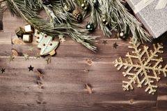 Υπόβαθρο Χριστουγέννων με τα παιχνίδια, το κιβώτιο, το γλυκό σοκολάτας και Christm Στοκ Φωτογραφίες