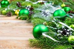 Υπόβαθρο Χριστουγέννων με τα πράσινα μπιχλιμπίδια και την ασημένια κορδέλλα Στοκ Εικόνες