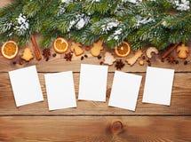 Υπόβαθρο Χριστουγέννων με τα πλαίσια φωτογραφιών, δέντρο έλατου χιονιού, καρυκεύματα Στοκ εικόνα με δικαίωμα ελεύθερης χρήσης