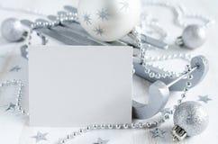 Υπόβαθρο Χριστουγέννων με την ασημένια διακόσμηση Στοκ Εικόνες