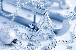 Υπόβαθρο Χριστουγέννων με την ασημένια διακόσμηση Στοκ φωτογραφίες με δικαίωμα ελεύθερης χρήσης