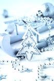 Υπόβαθρο Χριστουγέννων με την ασημένια διακόσμηση Στοκ Φωτογραφίες