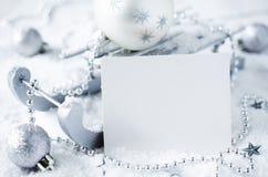 Υπόβαθρο Χριστουγέννων με την ασημένια διακόσμηση Στοκ εικόνες με δικαίωμα ελεύθερης χρήσης