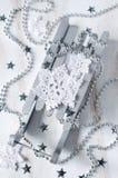 Υπόβαθρο Χριστουγέννων με την ασημένια διακόσμηση Στοκ Φωτογραφία