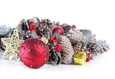 Υπόβαθρο Χριστουγέννων με την κόκκινες διακόσμηση και τη γιρλάντα Στοκ Εικόνες
