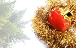 Υπόβαθρο Χριστουγέννων με την κόκκινη και κίτρινη διακόσμηση σε ένα άσπρο κατασκευασμένο υπόβαθρο στοκ φωτογραφία με δικαίωμα ελεύθερης χρήσης