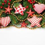 Υπόβαθρο Χριστουγέννων με την κόκκινη χειροποίητη διακόσμηση Στοκ εικόνες με δικαίωμα ελεύθερης χρήσης