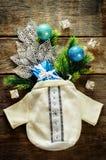 Υπόβαθρο Χριστουγέννων με την τσάντα, τα δώρα και το χριστουγεννιάτικο δέντρο Στοκ εικόνα με δικαίωμα ελεύθερης χρήσης