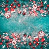 Υπόβαθρο Χριστουγέννων με τη διάφορη κόκκινη εκλεκτής ποιότητας εορταστική διακόσμηση στο τυρκουάζ υπόβαθρο, τοπ άποψη στοκ φωτογραφία με δικαίωμα ελεύθερης χρήσης
