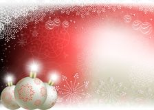 Υπόβαθρο Χριστουγέννων με τις άσπρες σφαίρες με κόκκινα snowflakes Ελεύθερη απεικόνιση δικαιώματος