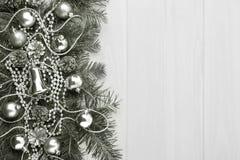 Υπόβαθρο Χριστουγέννων με τις ασημένιες διακοσμήσεις, διάστημα αντιγράφων, που τονίζεται Στοκ εικόνα με δικαίωμα ελεύθερης χρήσης