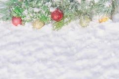 Υπόβαθρο Χριστουγέννων με τις διακοσμήσεις και το χιόνι σφαιρών Στοκ φωτογραφία με δικαίωμα ελεύθερης χρήσης