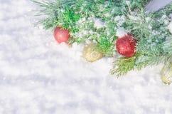 Υπόβαθρο Χριστουγέννων με τις διακοσμήσεις και το χιόνι σφαιρών Στοκ εικόνα με δικαίωμα ελεύθερης χρήσης