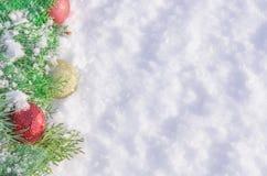 Υπόβαθρο Χριστουγέννων με τις διακοσμήσεις και το χιόνι σφαιρών Στοκ φωτογραφίες με δικαίωμα ελεύθερης χρήσης