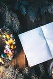 Υπόβαθρο Χριστουγέννων με τις διακοσμήσεις Χριστουγέννων σε ένα ξύλινο υπόβαθρο mocap Στοκ Φωτογραφίες