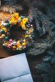 Υπόβαθρο Χριστουγέννων με τις διακοσμήσεις Χριστουγέννων σε ένα ξύλινο υπόβαθρο mocap Στοκ φωτογραφία με δικαίωμα ελεύθερης χρήσης