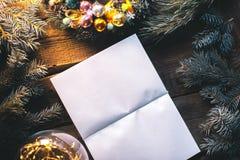 Υπόβαθρο Χριστουγέννων με τις διακοσμήσεις Χριστουγέννων σε ένα ξύλινο υπόβαθρο mocap Στοκ Εικόνα