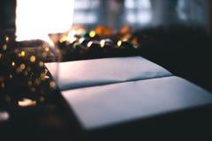 Υπόβαθρο Χριστουγέννων με τις διακοσμήσεις Χριστουγέννων σε ένα ξύλινο υπόβαθρο mocap Στοκ Φωτογραφία