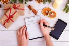 Υπόβαθρο Χριστουγέννων με τις διακοσμήσεις με το γράψιμο χεριών Τοπ διάστημα αντιγράφων άποψης Στοκ φωτογραφία με δικαίωμα ελεύθερης χρήσης