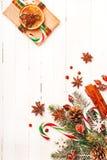 Υπόβαθρο Χριστουγέννων με τις εορταστικές διακοσμήσεις Στοκ εικόνα με δικαίωμα ελεύθερης χρήσης