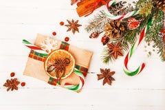 Υπόβαθρο Χριστουγέννων με τις εορταστικές διακοσμήσεις Στοκ φωτογραφία με δικαίωμα ελεύθερης χρήσης