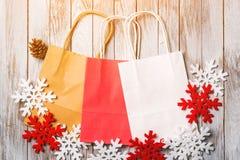 Υπόβαθρο Χριστουγέννων με τις ζωηρόχρωμες τσάντες εγγράφου Επίπεδος βάλτε Πώληση Χριστουγέννων και έννοια αγορών Στοκ φωτογραφία με δικαίωμα ελεύθερης χρήσης