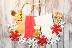 Υπόβαθρο Χριστουγέννων με τις ζωηρόχρωμες τσάντες εγγράφου Επίπεδος βάλτε Πώληση Χριστουγέννων και έννοια αγορών Στοκ Φωτογραφίες