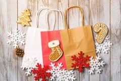 Υπόβαθρο Χριστουγέννων με τις ζωηρόχρωμες τσάντες εγγράφου Επίπεδος βάλτε Πώληση Χριστουγέννων και έννοια αγορών Στοκ Εικόνες