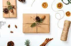 Υπόβαθρο Χριστουγέννων με τις διακοσμήσεις και παρών χειροποίητος στο wh στοκ εικόνες με δικαίωμα ελεύθερης χρήσης