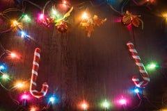 Υπόβαθρο Χριστουγέννων με τις διακοσμήσεις και τα κιβώτια δώρων στο ξύλινο β Στοκ εικόνα με δικαίωμα ελεύθερης χρήσης