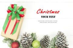 Υπόβαθρο Χριστουγέννων με τις διακοσμήσεις και το κιβώτιο δώρων Στοκ Εικόνα