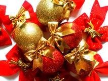 Υπόβαθρο Χριστουγέννων με τις λαμπιρίζοντας σφαίρες και τα τόξα Στοκ Φωτογραφία