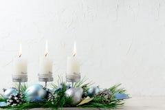 Υπόβαθρο Χριστουγέννων με τις μπλε διακοσμήσεις και τα καίγοντας κεριά Στοκ εικόνα με δικαίωμα ελεύθερης χρήσης