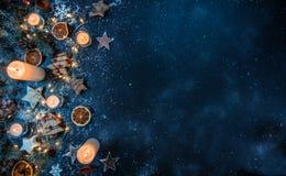 Υπόβαθρο Χριστουγέννων με τις ξύλινα διακοσμήσεις και τα κεριά Το ελεύθερο s Στοκ Εικόνες