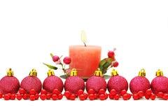Υπόβαθρο Χριστουγέννων με τις σφαίρες και τα κεριά Στοκ φωτογραφία με δικαίωμα ελεύθερης χρήσης